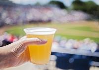 スタジアムでビールを飲む