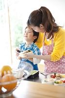 お弁当を作る母と息子