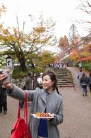 紅葉狩りをする日本人女性