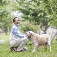 犬を触る中高年日本人男性