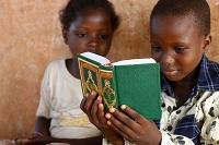 コーランを読む子供
