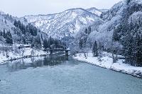 福島県 早朝の只見川と只見線 第四鉄橋