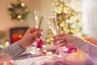 クリスマスの乾杯をするカップル