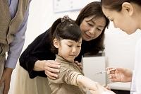 病院で注射する日本人の女の子