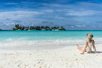 モルディブ 海を眺める女性
