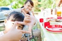 手でフレームを作る笑顔の日本人親子