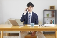 テレワークする日本人男性