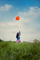 風船を遊ぶ女の子