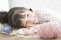 毛糸で遊ぶ5歳の女の子