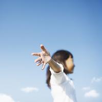 両手を広げる日本人の女の子