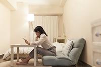 動画視聴する日本人女性