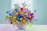 窓とバラとカンパニュラと花