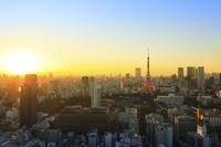 東京都 東京タワーと夕暮れ時の都心の街並み