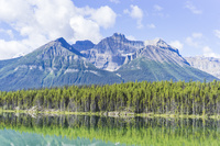 カナダ 山と森林が映る湖