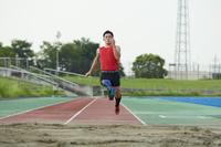 助走する義足の走幅跳選手