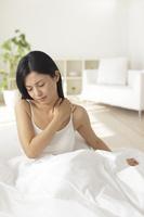 寝起きから体調のすぐれない日本人女性