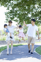 手を繋いで散歩する日本人家族