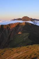 南アルプス小河内岳より望む夕刻の塩見岳