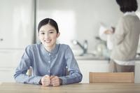 ダイニングの日本人女性