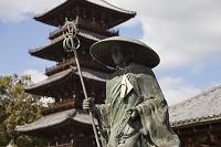 香川県 三豊市 本山寺 弘法大師像と五重塔