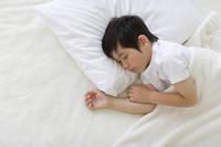 眠っているハーフの男の子