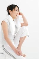 スポーツウェアを着て座っている日本人女性