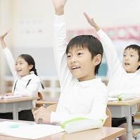 手を上げる小学生