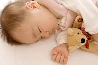 眠る日本人の赤ちゃん