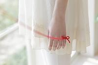 赤い糸で結んだ女性の小指