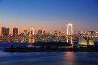 東京都 お台場よりレインボーブリッジと東京タワー夕景