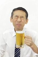 ビールを美味しそうに飲むサラリーマン