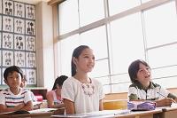 勉強をしている小学生