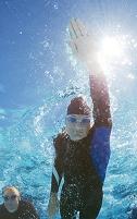 ウェットスーツで泳ぐトライアスロン選手