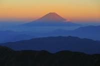 山梨県 北岳肩の小屋から望む夕方の赤富士と連なる山並み