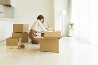引っ越しをする日本人の若い女性