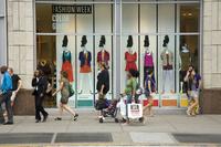 アメリカ ニューヨーク ウィンドウショッピングをする人々