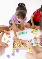 知育玩具で遊ぶ日本人の子供たち