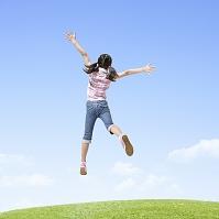 ジャンプをする小学生の女の子