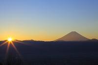 山梨県 長峰林道より見る元日の富士山と初日の出