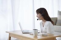 在宅ワークをする日本人女性