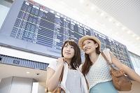 時刻表の前で微笑む日本人女性達