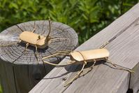 竹製のクワガタとカブトムシ