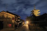 京都府 八坂の塔と石畳の町並み
