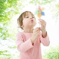 風車で遊ぶハーフの女の子