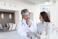 ミーティングをするビジネス女性と医師