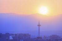京都府 京都タワー上空に沈む夕日と山並み