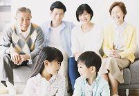 ソファでくつろぐ日本人の三世代家族