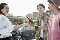 乾杯する日本人の若者