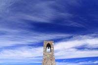 長野県 長和町 美ヶ原 美しの塔の鐘とすじ雲