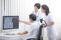 MRI画像を見る医師と看護師